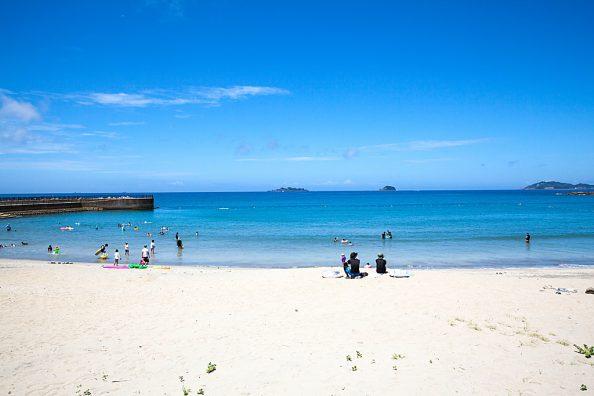 長崎の南、軍艦島を望む海水浴場