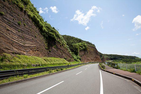 地層切断面と波浮の町並み - 伊豆大島の旅